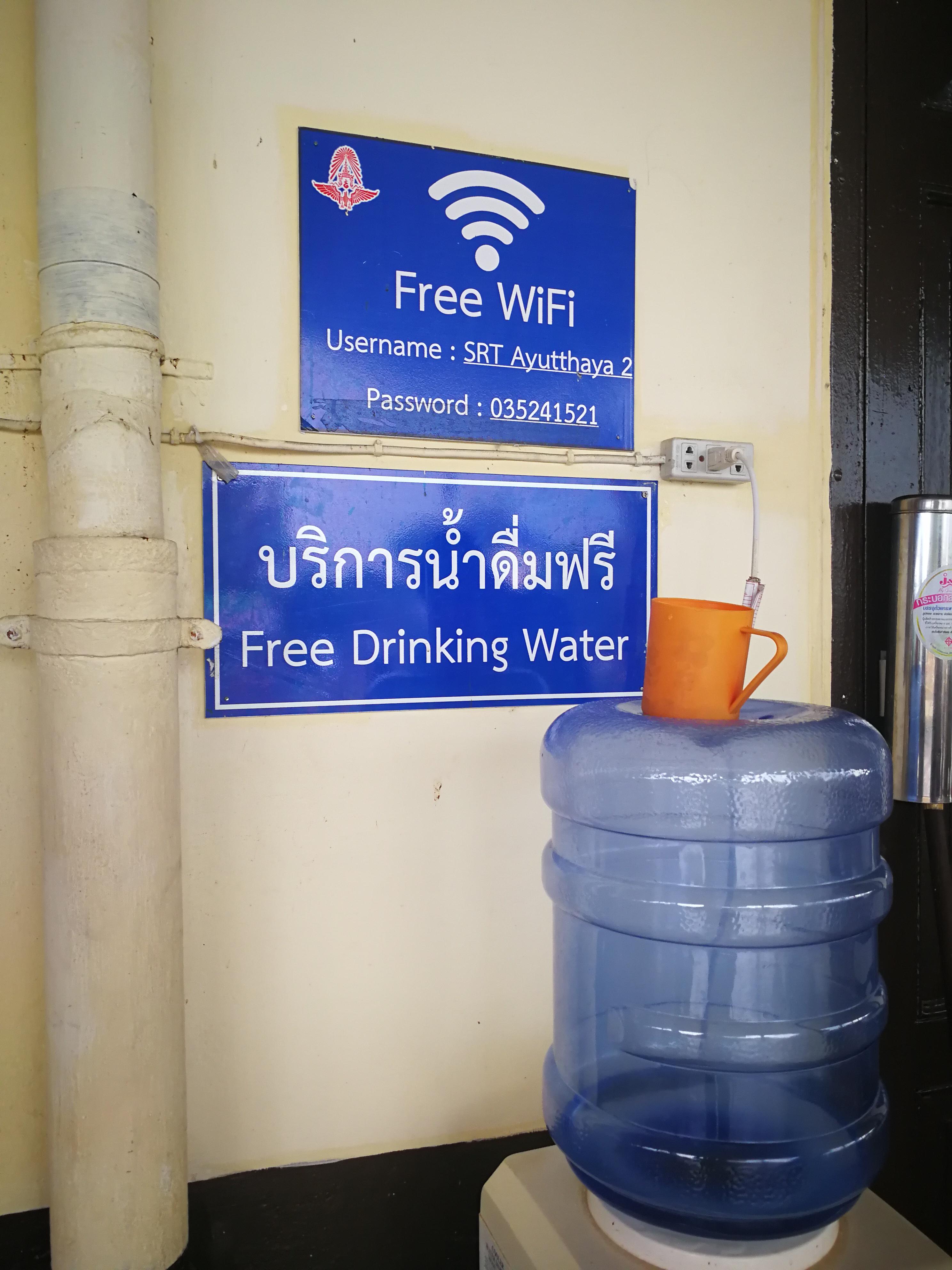 Distributore d'acqua alla stazione di Ayutthaya, Thailandia
