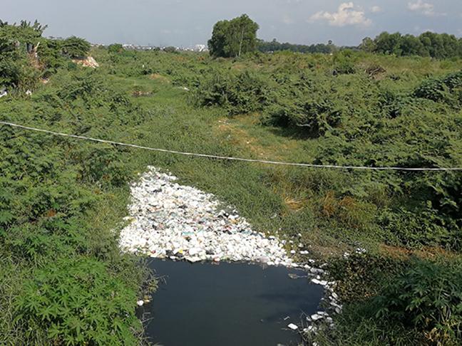 Rifiuti di plastica a Phnom Penh, Cambogia